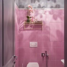 Розовая плитка в маленьком туалете