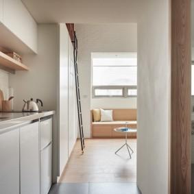 Узкий коридор из кухни в гостиную