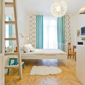 Голубые шторы в светлой спальне
