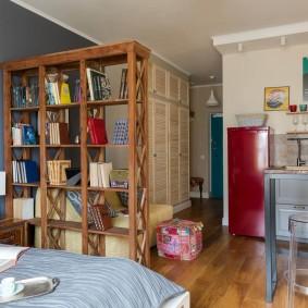 Деревянный стеллаж в небольшой квартире