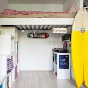 Место для кровати под потолком квартиры