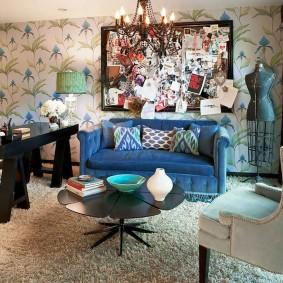 Синий диван в гостиной стиля бохо