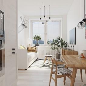 деревянный столик в белой комнате