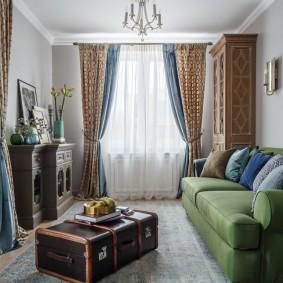 Двухцветные шторы в зале квартиры
