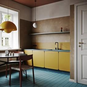Крашенные доски на полу кухни