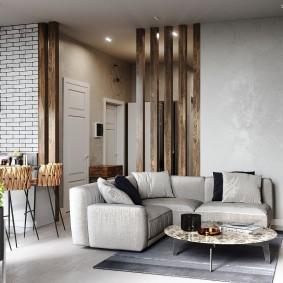 Перегородка из деревянных реек между прихожей и гостиной