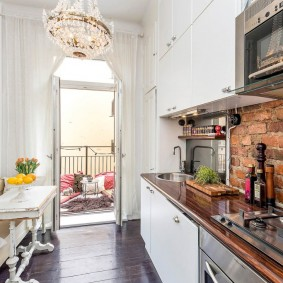 Узкая кухня в маленькой квартире
