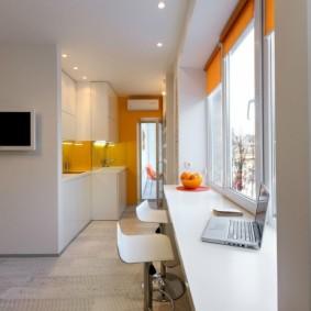 Стол-подоконник в маленькой квартире