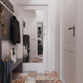 Зеркальное полотно на входной двери