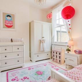 Светлая мебель в комнате девочки