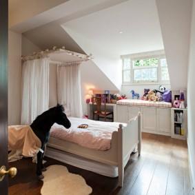 Кровать для девочки в мансардной комнате