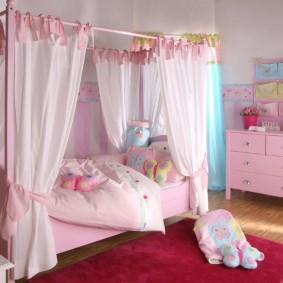 Кровать с балдахином для маленькой девочки