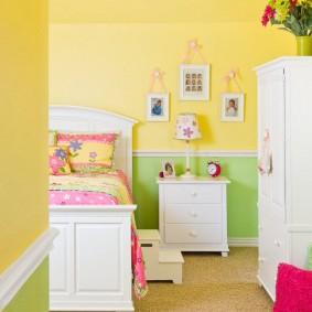 Белая кровать в комнате с двухцветными стенами