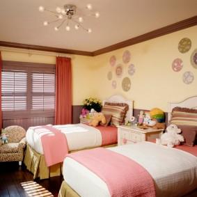 Удобные кровати в спальне девочек