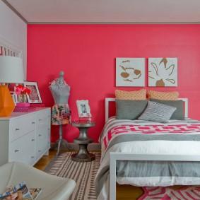 Кровать на деревянном каркасе в спальне девочки