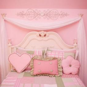 Детская кровать с красивым изголовьем