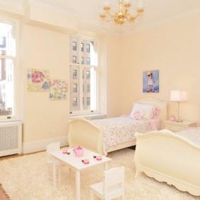 Светлые стены детской комнаты
