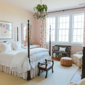 Пестрые занавески на окне детской спальни