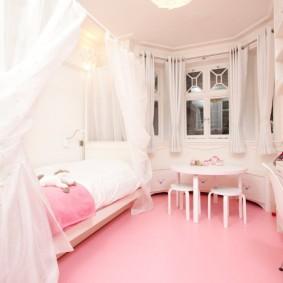 Розовое покрытие пола в комнате девочки