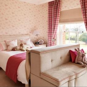 Девчачья спальня с широкой кроватью