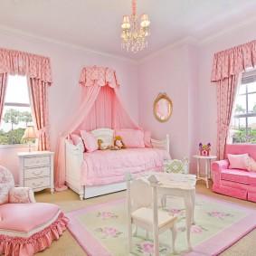 Стильная мебель в просторной детской
