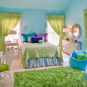 Зеленый коврик в детской спальне