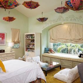 Зонтики в качестве декора потолка в детской