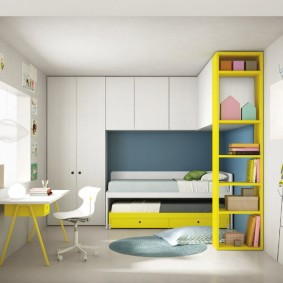 Желтый стеллаж в белой комнате