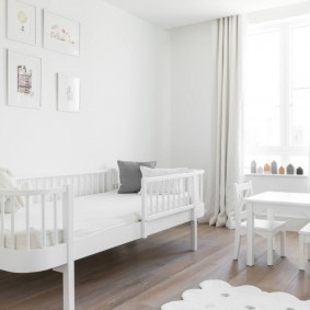 белая кровать для маленького ребенка