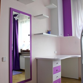 Большое зеркало на стене детской комнаты
