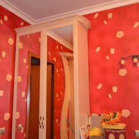 Высокий шкаф с зеркальными дверками
