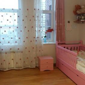 Детская кроватка розового цвета для младенца