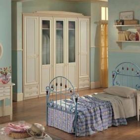 Мталлическая кровать с кованными элементами