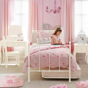 Белая кровать на металлическом каркасе
