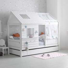 Детская кровать в форме домика