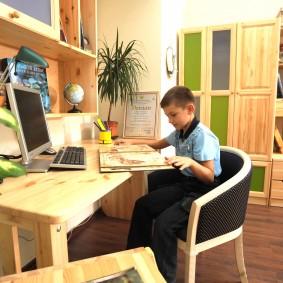 Удобное рабочее место мальчика-школьника