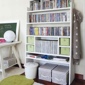 Практичный стеллаж для книг и учебников