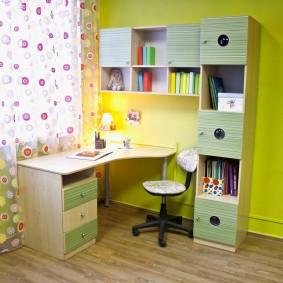 Освещение письменного стола для мальчика школьного возраста