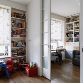 Встроенный стеллаж в углу детской комнаты