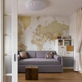 Карта мира на стене за диваном