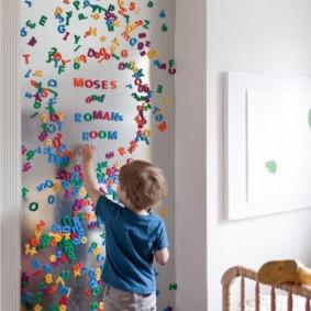 Магнитная стена в детской комнате