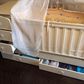 Выдвижные ящики в кроватке для новорожденного