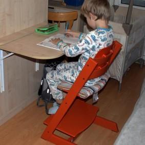 Детский стульчик с регулируемым по высоте сидением