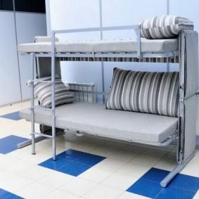 Двухъярусная кровать на металлическом каркасе