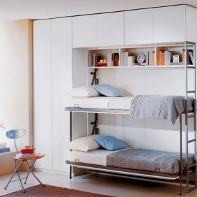 Удобные полочки на втором ярусе откидной кровати