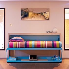 Полосатый матрас на синей кровати