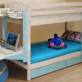 Дополнительный столик на боковой части двухэтажной кровати