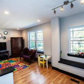Детский коврик из пазлов в гостиной комнате