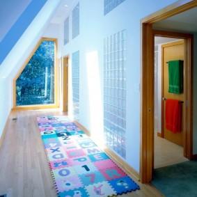 Узкий коридор с ковриком-пазлом