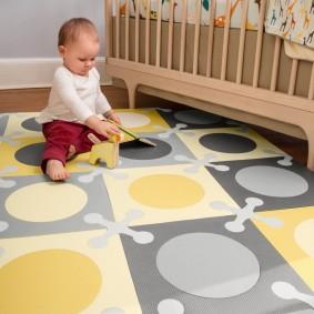 игровой коврик перед деревянной кроваткой